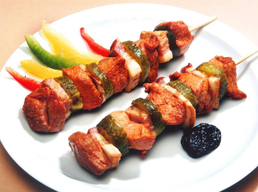 Szaszłyk wieprzowy z ogorkiem i boczkiem