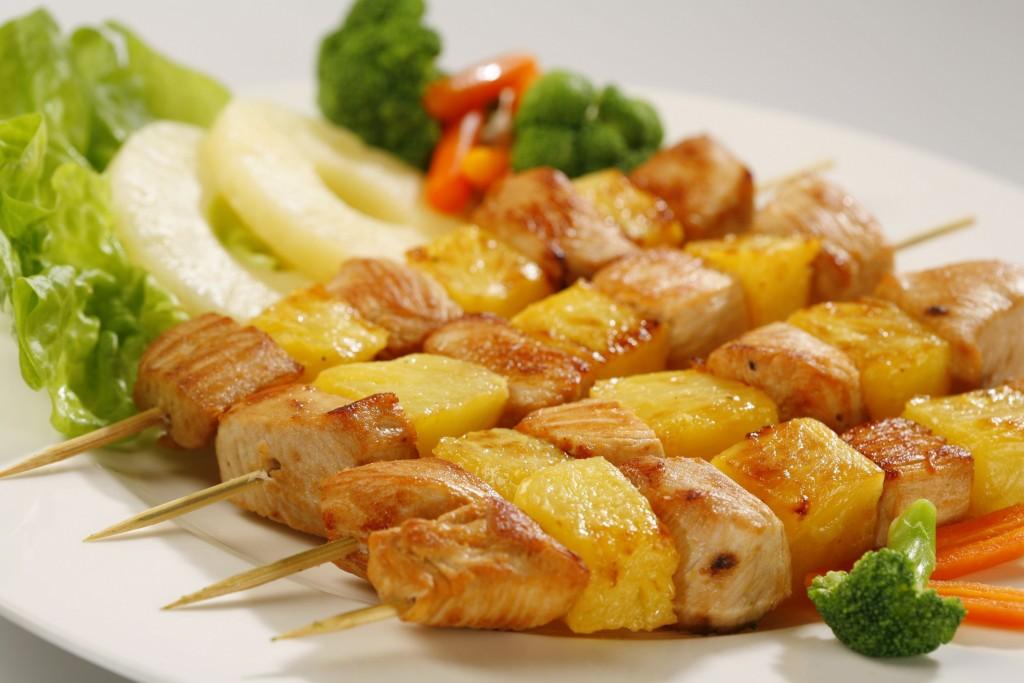 Szaszłyk z kurczaka z ananasem